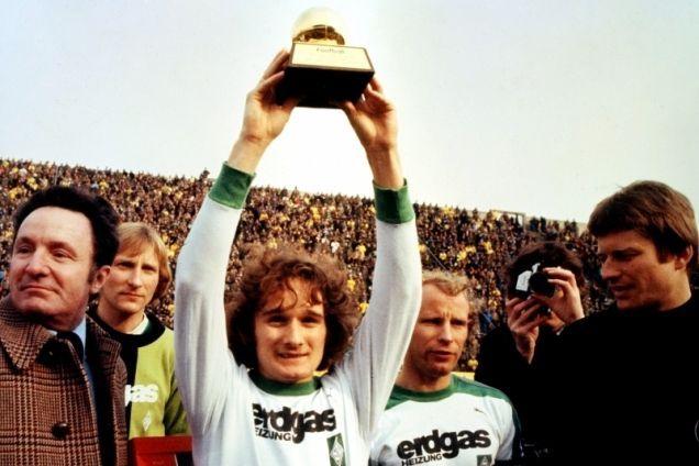 O dinamarquês Simonsen ergue a Bola de Ouro de 1977: Melhor da Europa naquele ano.
