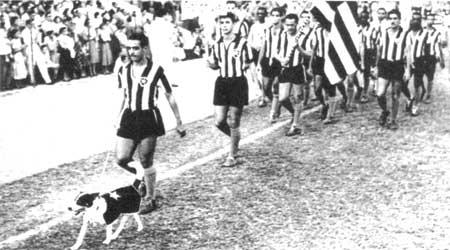 O mascote Biriba acompanha os jogadores do Botafogo: tetracampeão