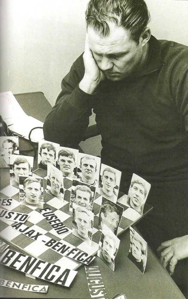 Michels, em 1969, pensando em como armar seu time contra o forte Benfica pela Liga dos Campeões da UEFA daquele ano.