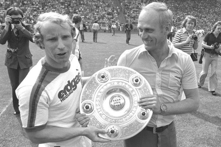 O capitão Vögts com o técnico udo Lattek: duas Bundesligas e uma Copa da UEFA entre 1975 e 1979.