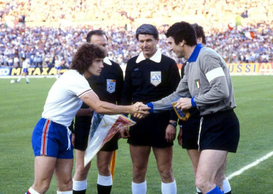 kevin-keegan-shakes-hands-with-dino-zoff