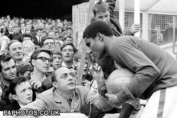 Eusébio, a estrela da Copa, no jogo contra a Coreia: um mito em solo inglês.