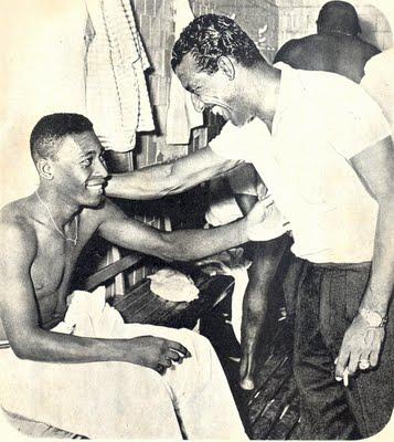 Pelé e Zizinho: troca de trono no futebol brasileiro.
