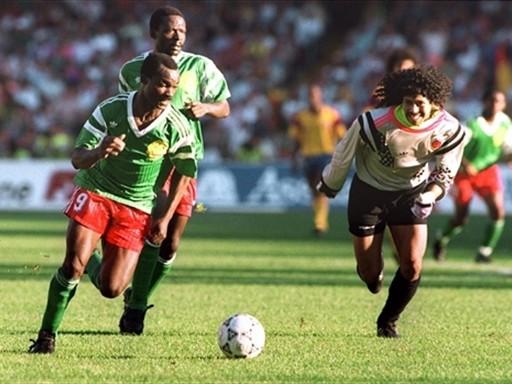 Higuita foi brincar na frente de Milla... Pobre colombiano.