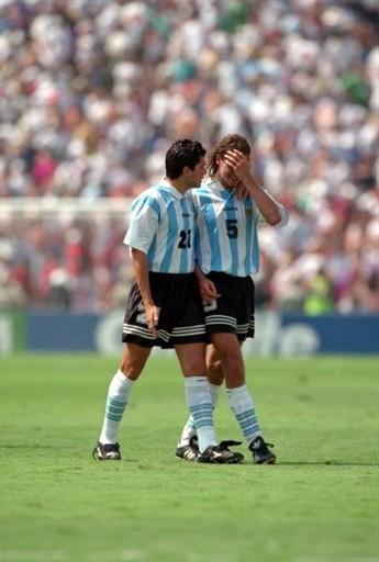 Alejandro Mancuso tenta consolar Redondo após a derrota para a Romênia de Hagi nas oitavas de final da Copa de 1994.