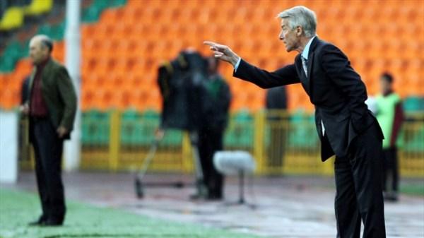 Valeri Nepomniachi (à dir.) manteve o espírito competitivo de Camarões e contou com uma ajudinha do presidente para ter Milla na Copa.