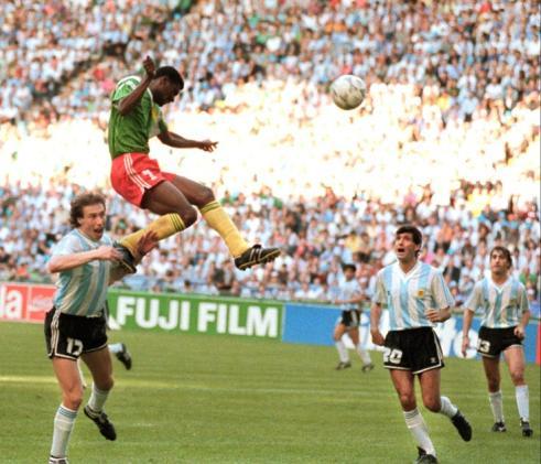 Omam-Biyik marca contra a Argentina: vitória histórica na estreia da Copa.