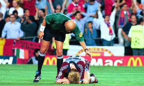 Collina tenta consolar um jogador do Bayern.