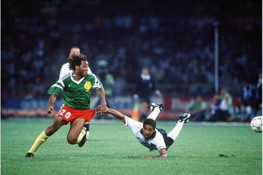 Makanaky, talentoso meia camaronês, deixa um inglês no chão.