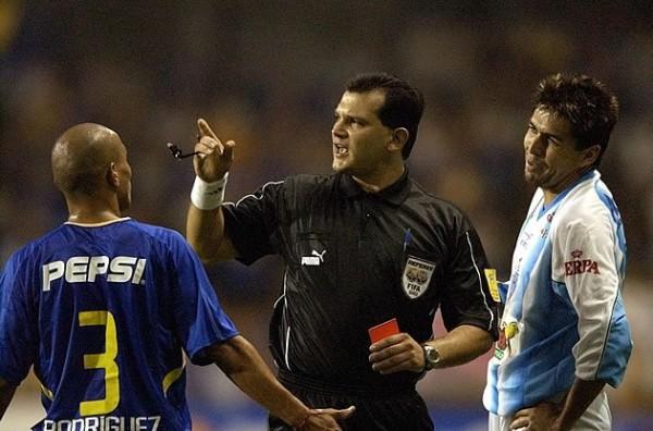 Clemente Rodríguez e Robgol são expulsos no primeiro tempo.