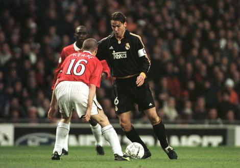 Redondo avança sobre Keane: jogo eterno do craque argentino.