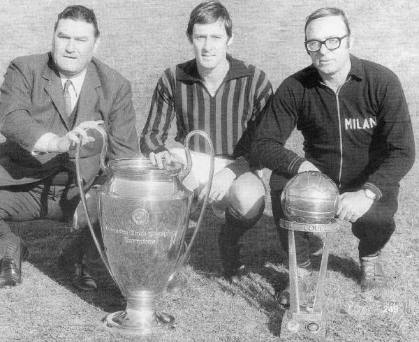 Nereo Rocco, Roberto Rosato e o assistente Marino Bergamasco posam com as taças da Liga e do Mundial de 1969.