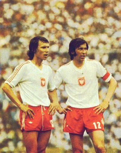 Kasperczak e Deyna conversam durante o jogo contra a Itália: craques e símbolos do meio de campo polonês.