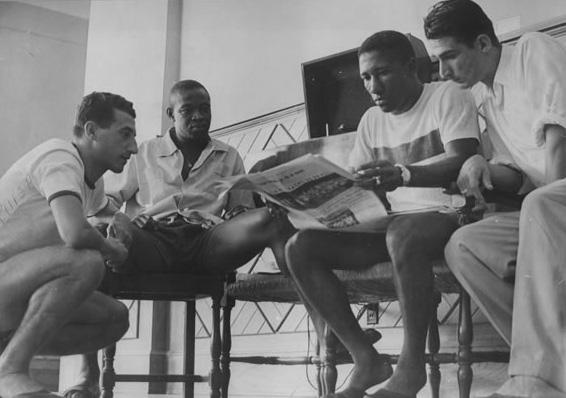 Pinga, Brandãozinho, Djalma Santos e Julinho dão uma lida num jornal da época: só dava Lusa!