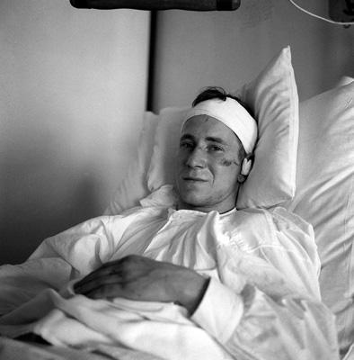 Bobby Charlton se recupera no hospital após o desastre.