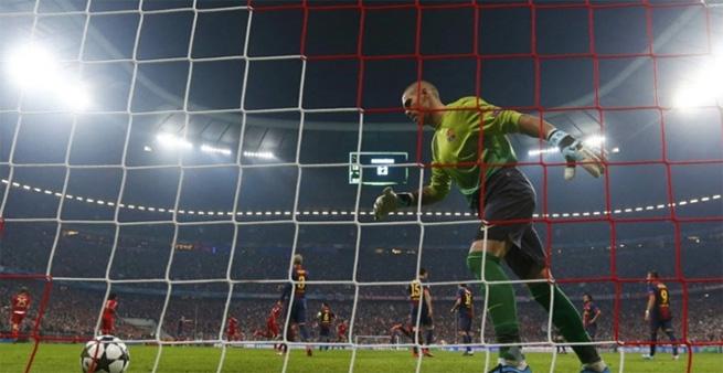 Valdés busca a bola pela quarta vez no gol do Barça na Allianz Arena.