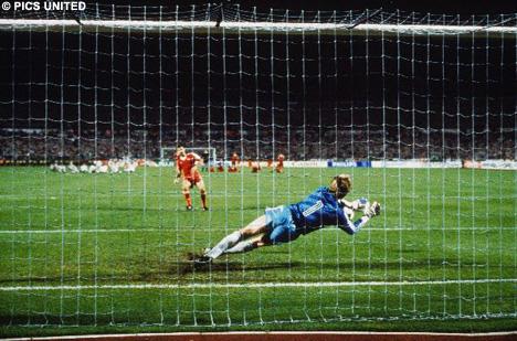 O goleiro van Breukelen defende a cobrança de Veloso...