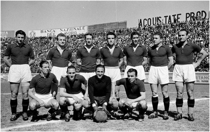 O Torino da temporada 1942-1943. Mazzola é o segundo em pé da esquerda para a direita.