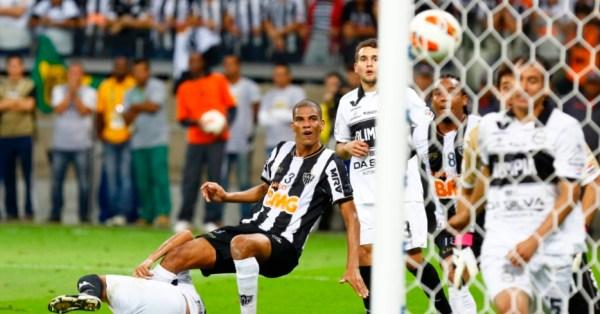 ... Leonardo Silva cabeceia...