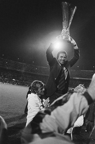 O técnico Wiel Coerver ergue a Copa da UEFA de 1974.