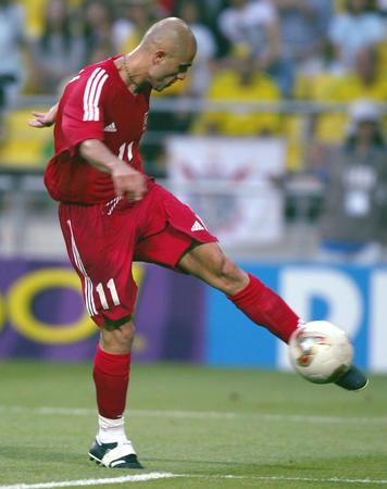 Hasan Sas chuta para marcar o primeiro gol da Turquia na Copa.