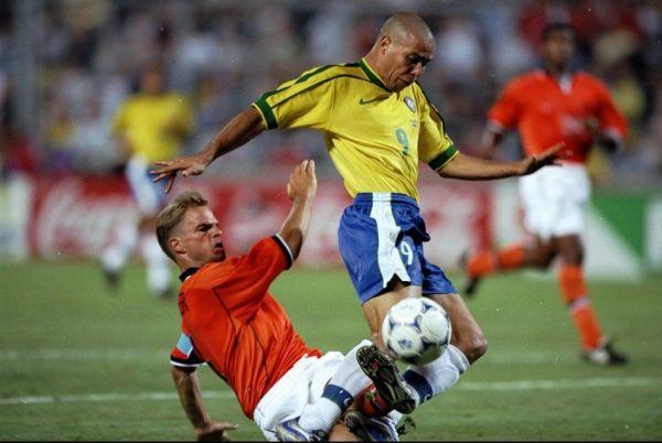 Frank de Boer desarma o Fenômeno: Ronaldo não conseguiu desequilibrar diante do capitão holandês.