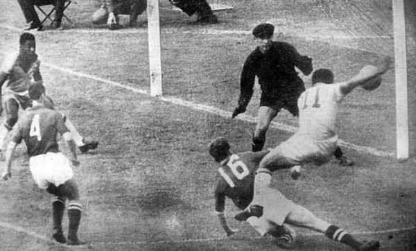 Contra o Brasil, Yashin sofreu diante de Garrincha e Cia. Do outro lado, Gylmar só admirava o show de seus companheiros.