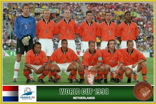 Van der Sar, Bergkamp, Stam, Jonk, Cocu e Kluivert. Agachados: Davids, Reiziger, Frank de Boer, Zenden e Ronald de Boer. Nem assim a Holanda conseguiu o título mundial...