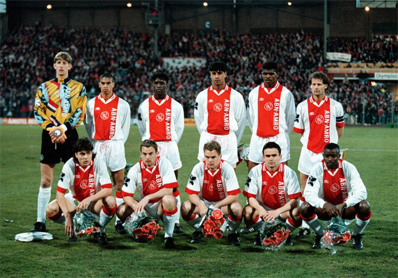 Uma das formações do Ajax de 1995: van der Sar, Reiziger, Seedorf, Rijkaard, Kanu e Blind. Agachados: Litmanen, Ronald de Boer, Frank de Boer,Overmars e Finidi George. Um time imortal.