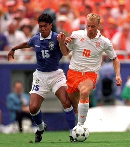 Contra o Brasil de Márcio Santos (à esq.), Bergkamp deixou seu gol, mas a Holanda voltou pra casa.