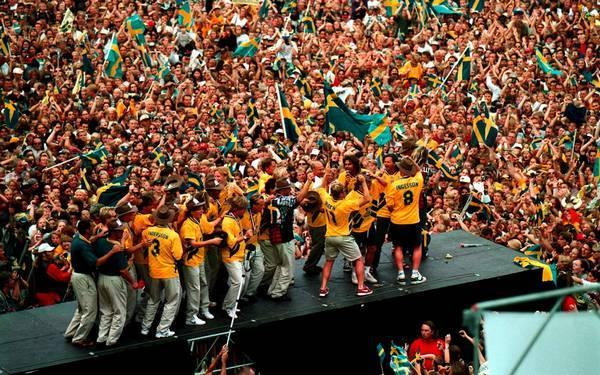 Na volta para casa, os jogadores suecos foram recebidos com enorme festa da torcida.