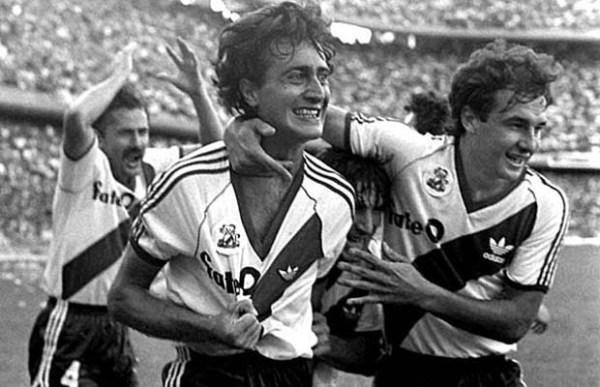 Alonso (centro) vibra com um de seus gols em La Bombonera.
