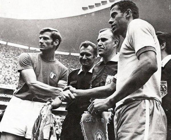 Os capitães Facchetti e Carlos Alberto: apenas o brasileiro, à direita, sorriu ao final do jogo.