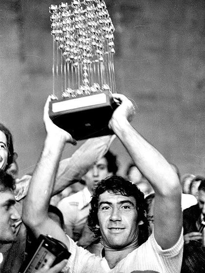 Chicão com a taça do Brasileiro de 1977: contra tudo e todos, o São Paulo era o campeão nacional.