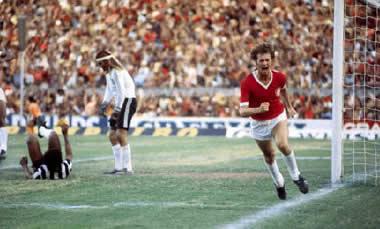 Falcão vibra muito após marcar o gol da vitória sobre o Atlético-MG, na semifinal do Brasileiro de 1976.