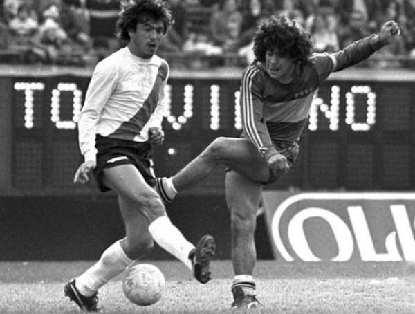 Passarella e Maradona duelando em 1981.