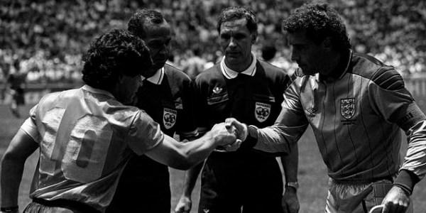 Os capitães Maradona e Shilton.