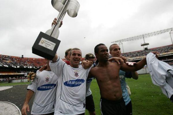 Marcelo Mattos (com a taça) e Carlos Alberto festejam o título de 2005.