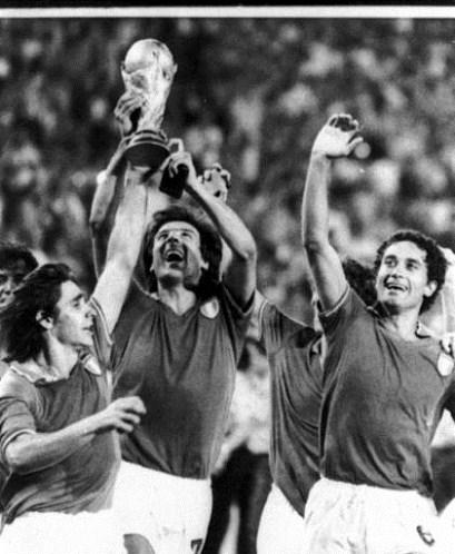 Scirea contempla a mais cobiçada das taças: a Copa do Mundo.
