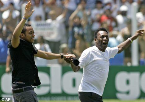 Robinho (à esq.) volta à Vila acompanhado de Pelé, em 2010.