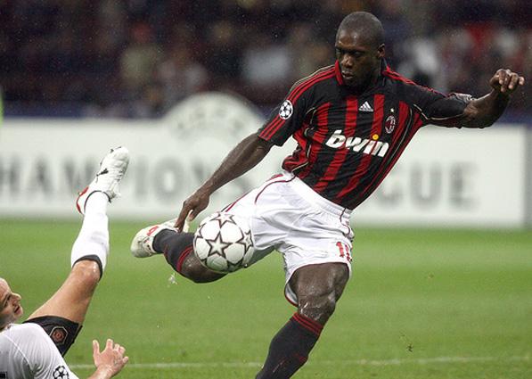 Seedorf prepara o chute: gol e atuação mágica contra o Manchester United na Liga dos Campeões de 2006-2007.