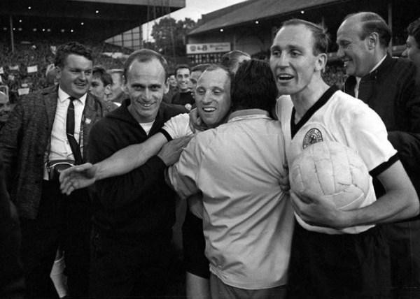 Em 1966, Lattek (segundo à esq.) vivenciou todo o clima de uma Copa do Mundo e levou a experiência para sua carreira de treinador.