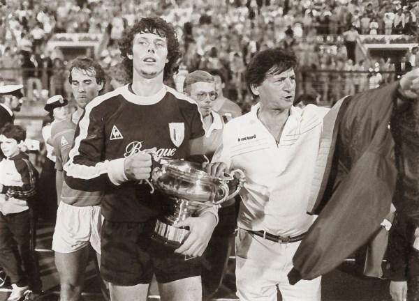 Com uma Supercopa da Bélgica na mão: foram cinco taças pelo Standard entre 1980 e 1983.