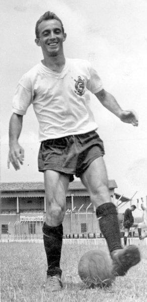 Luizinho: habilidoso meia chegou no final dos anos 40 para reforçar o setor ofensivo do Timão.