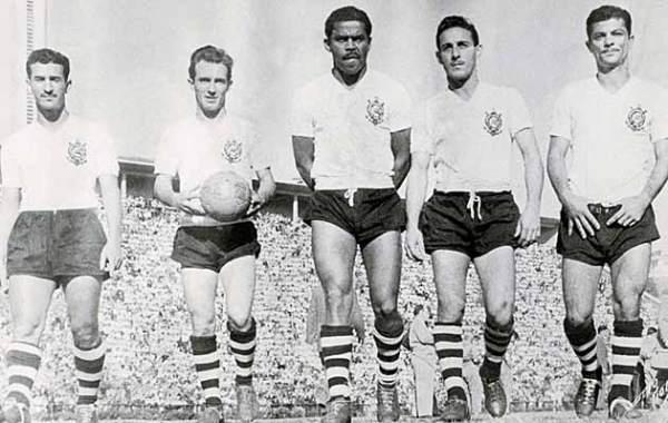 A mítica linha de ataque do Corinthians de 1951: Cláudio, Luizinho, Baltazar, Carbone e Mário.