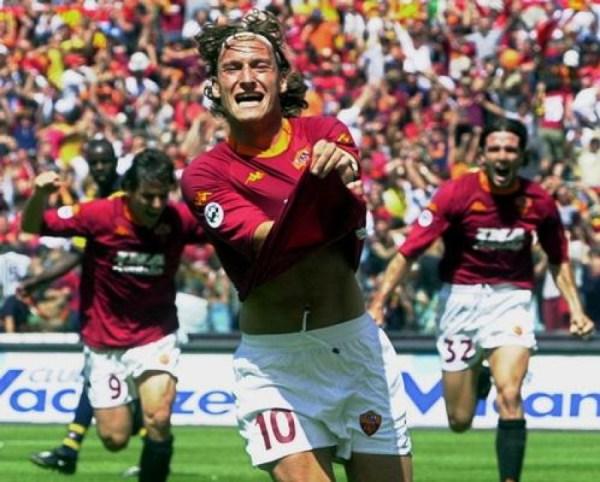A alegria de Totti tem justificativa: a Roma era campeã da Itália depois de 18 anos.