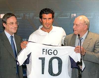 Pérez, Figo e Di Stéfano, na apresentação do craque português em Madrid.