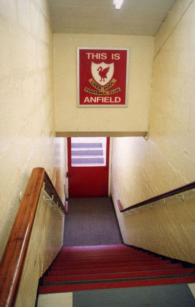 """""""Aqui é Anfield"""", famosa placa colocada no túnel dos vestiários para amedrontar os adversários do Liverpool."""