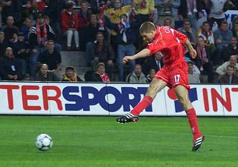 Gerrard fuzila: dois gols em menos de 20 minutos deram uma falsa impressão de goleada do Liverpool.
