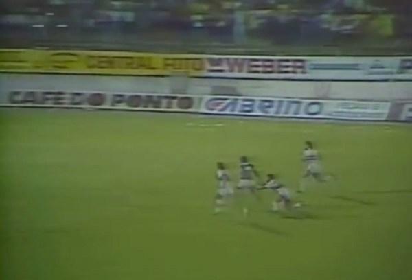 Basílio tentou agarrar João Paulo, mas o bugrino marcou o terceiro gol alviverde.